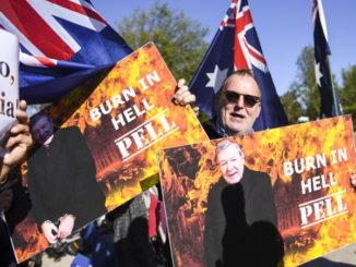Manifestazione contro il cardinale George Pell davanti al tribunale durante il processo per pedofilia da cui sarà assolto