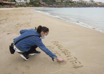 Una donna in spiaggia in Sardegna all'inizio della fase 2 dell'emergenza coronavirus