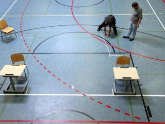 Preparazione di un'aula di scuola con distanziamento sociale in vista della riapertura dopo l'emergenza coronavirus
