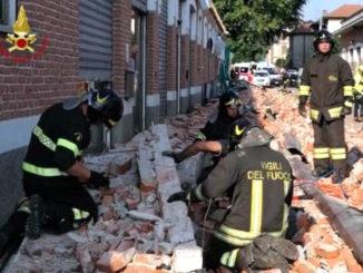 Vigili del fuoco al lavoro sulle macerie del tetto crollato ad Albizzate (Varese) sotto il quale sono rimasti vittime una donna marocchina e due dei suoi figli
