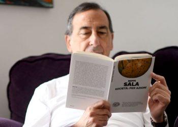 Beppe Sala legge il libro di Beppe Sala