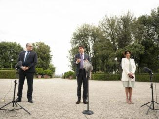 Giuseppe Conte, Roberto Gualtieri e Paola Pisano davanti a Villa Pamphilj per gli Stati generali