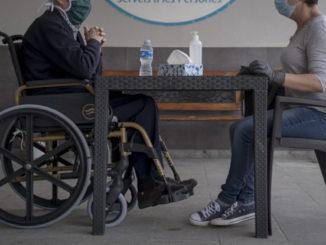 Visita a un anziano genitore in casa di riposo durante l'emergenza coronavirus