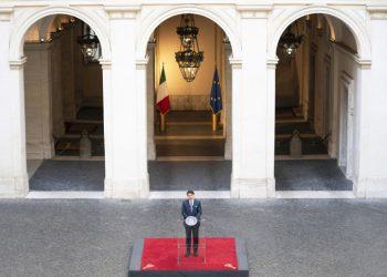 Giuseppe Conte in conferenza stampa nel cortile di Palazzo Chigi