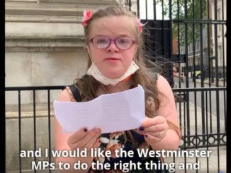 Heidi Crowter legge a Downing Street il suo appello contro la nuova legge sull'aborto in Irlanda del Nord