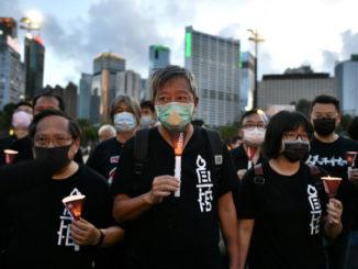 Lee Cheuk-yan alla marcia a Hong Kong per il 31esimo anniversario del massacro di Tienanmen