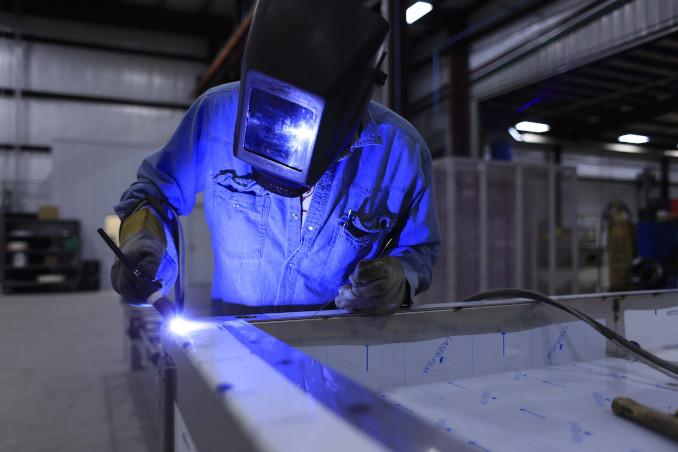 Operaio al lavoro in fabbrica