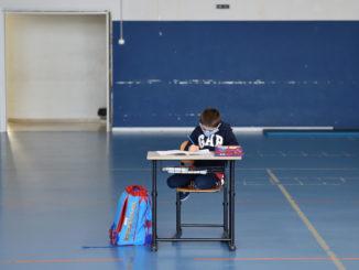 Alunno di scuola isolato sul suo banco durante l'emergenza coronavirus