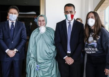 Silvia Romano accolta a Ciampino da Giuseppe Conte e Luigi Di Maio