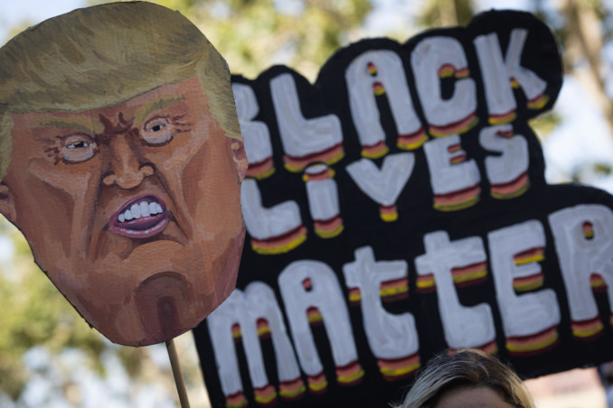 Cartello contro Trump in una manifestazione di Black Lives Matter