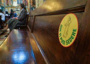 Distanziamento sociale per l'emergenza coronavirus in chiesa durante la Messa