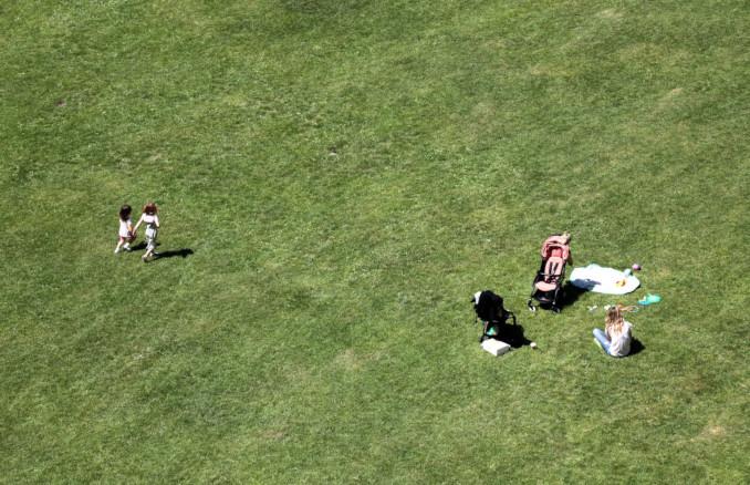Mamma con figli al parco durante il lockdown per l'emergenza coronavirus