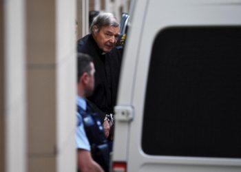 Il cardinale George Pell tradotto in manette al processo per accuse (false) di pedofilia contro di lui