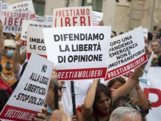 Manifestazione in piazza Montecitorio a Roma contro il ddl Zan sull'omofobia