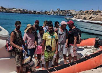 Sbarco di migranti tunisini a Lampedusa con barboncino