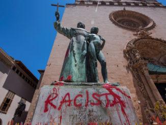 "Statua di san Junipero Serra vandalizzata con scritta ""razzista"" a Palma di Maiorca"