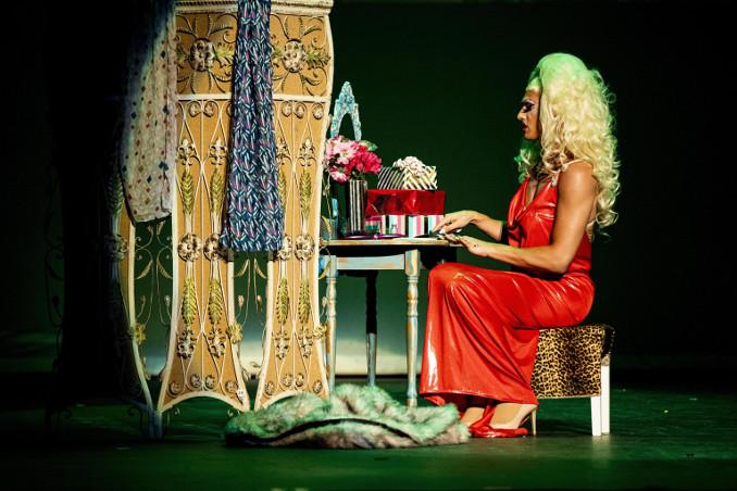 Peformer sul palco di un festival drag queen a Hollywood