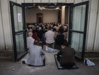 Musulmani in preghiera in una moschea in Francia