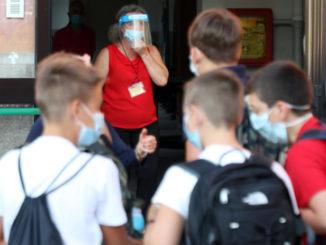 Alunni al rientro a scuola con macherine contro il coronavirus