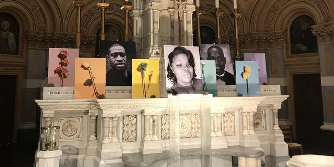 Le foto di vittime del razzismo esposte nella chiesa di San Francesco Saverio a New York