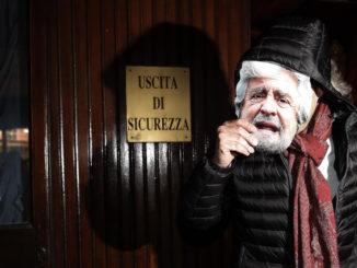 Beppe Grillo con una maschera di Beppe Grillo