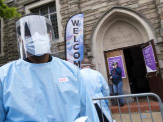 Controlli contro il coronavirus davanti a una chiesa di Brooklyn