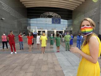 Manifestazione di eurodeputati davanti al Parlamento europeo per i diritti Lgbt in Polonia