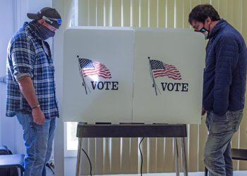 Elettori americani al seggio per votare