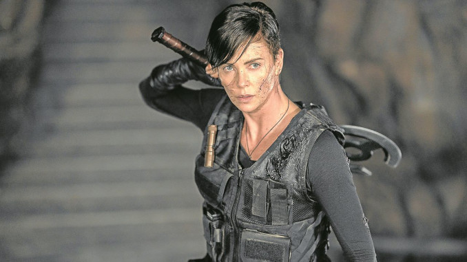 Charlize Theron in una scena del film The Old Guard