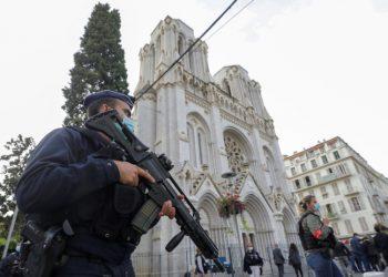 Militari davanti alla basilica di Notre Dame di Nizza dopo l'attentato islamista del 29 ottobre 2020