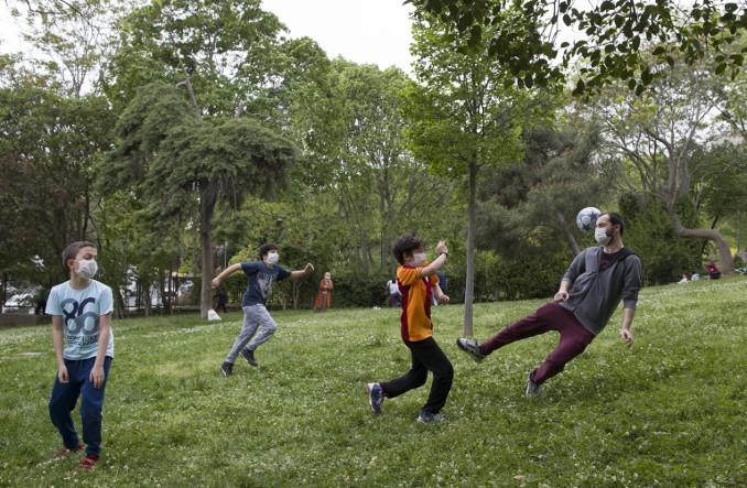 Partita a calcio in famiglia in un parco durante il lockdown per il coronavirus