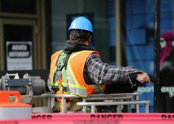 Operaio al lavoro in cantiere edile