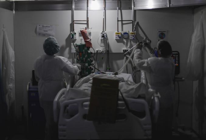 Medici visitano paziente Covid in ospedale