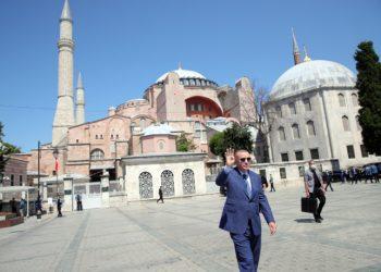 Erdogan all'esterno della basilica di Santa Sofia a Istanbul appena convertita in moschea