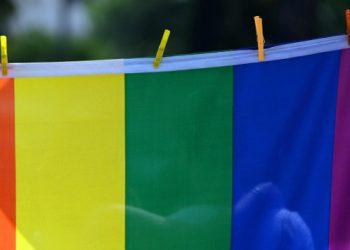 Bandiera arcobaleno al Gay Pride per i diritti Lgbt
