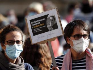 Manifestazione per Samuel Paty, professore ucciso da fondamentalista islamico in Francia