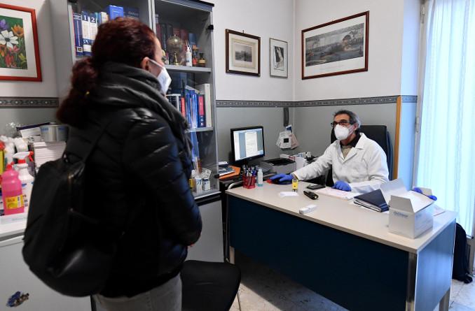 Medico di base riceve una paziente nel suo studio