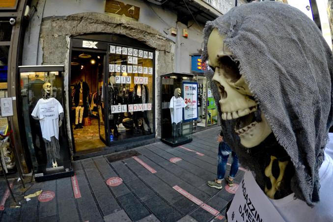 Negoziante di Napoli protesta contro le chiusure imposte dal governo contro il coronavirus