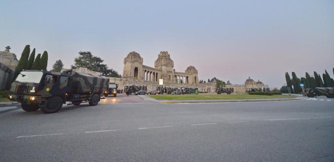Colonna di camion militari carichi di salme delle vittime del coronavirus davanti al cimitero di Bergamo