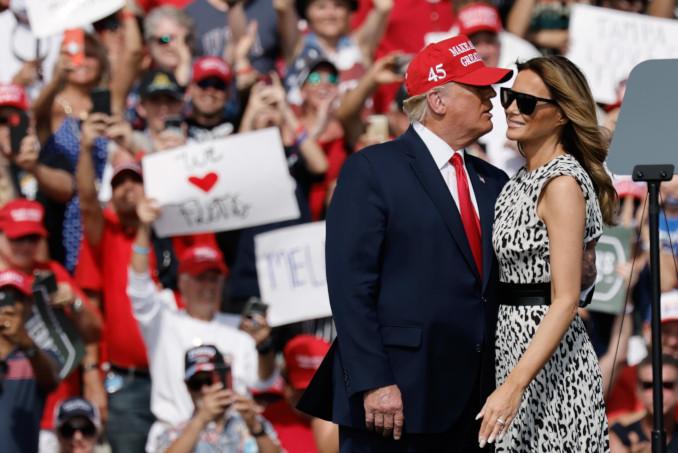 Donald e Melania Trump a un comizio elettorale in Florida