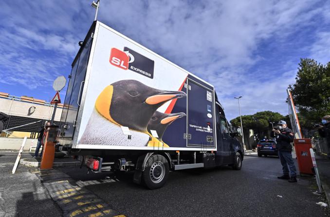 Arrivo in Italia del furgone frigorifero carico di dosi di vaccino anti-Covid di Pfizer-Biontech