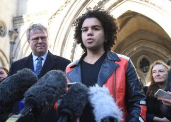 Keira Bell parla con i giornalisti davanti all'Alta Corte di Londra