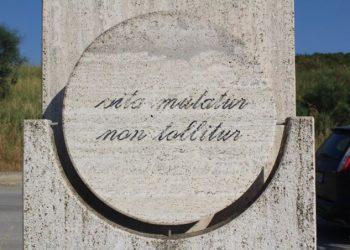 La stele fatta erigere alla periferia di Agrigento dove fu assassinato il giudice Livatino