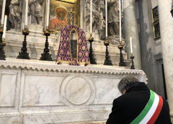 Luigi Brugnaro affida la città di Venezia alla Madonna della Salute per protezione contro l'emergenza coronavirus (13 marzo 2020)