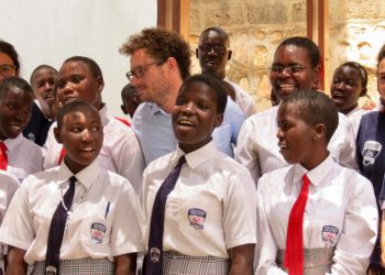 Matteo Severgnini tra gli studenti della scuola Luigi Giussani di Kampala, Uganda