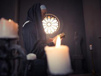 Monaca in preghiera