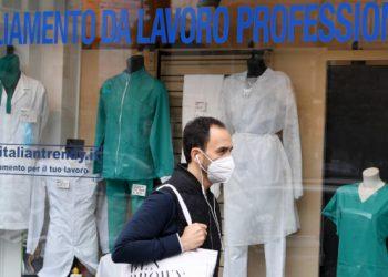 Esposizione di camici e abbigliamento per medici e infermieri in una vetrina di negozio
