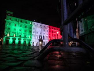 Esterno di Palazzo Chigi illuminato con tricolore durante incontro tra Giuseppe Conte e Domenico Arcuri