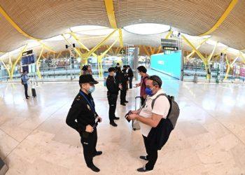 Controlli anti-coronavirus sui passeggeri all'aeroporto di Madrid