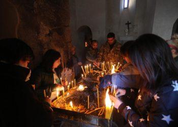 Pellegrini cristiani armeni in preghiera nel monastero di Dadivank nel Nagorno-Karabakh